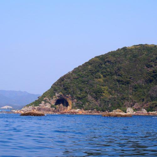 お巳蔵さん 「亀の首」とよばれる岬にある洞窟のほこら